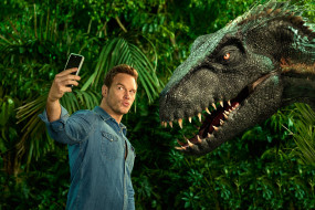 Chris Pratt, телефон, динозавр, мужчина, In Jurassic World Fallen Kingdom
