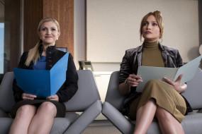 папки, женщины, кресла