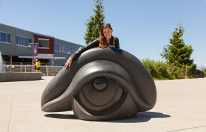 Portia Kincaid, улыбка, куртка, скульптура, здание