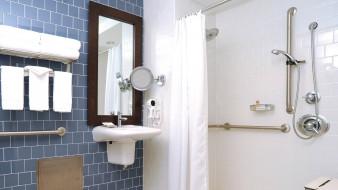 умывальник, штора, душ, зеркало, полотенца