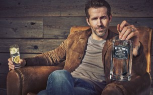 актер, кресло, стакан, бутылка, джин, Ryan Reynolds