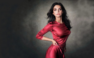 красное платье, длинные волосы, темный фон