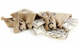 деньги, валюта, мешки, доллары, белый фон, купюры, банкноты