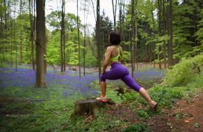 fitness model, lana shi, вид сзади, позирует, шатенка, кроссовки, лосины, фигурка, попа, ножки, рельеф, хороша, лес