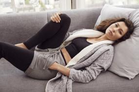 подушка, диван, кофта, лосины, шорты, топ, актриса