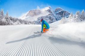 спорт, лыжный спорт, небо, лес, шапка, спуск, куртка, очки, склон, скорость, скалы, палки, лыжи, зима, горы, пейзаж, деревья, снег, солнце