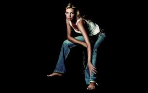 майка, блондинка, джинсы
