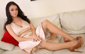 подушки, диван, туфли, платье, брюнетка