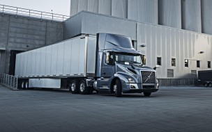 шведский грузовик, серый, грузоперевозки, доставка груза, vnl300, вольво