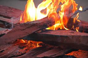 пламя, дрова