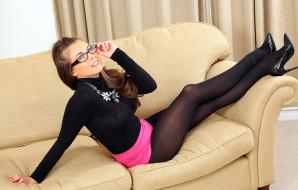 Сара Макдональд, очки, колготки, ожерелье, каблуки, диван, свитер