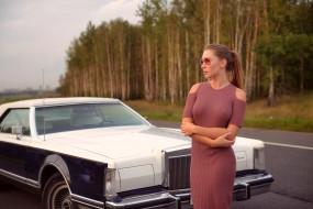 солнцезащитные очки, женщины с автомобилями, брюнетка, модель, ева луничкина, длинные волосы, кадиллак, деревья, живот, джинсы, кожаные куртки, смотрит на зрителя, дорога, глубина резкости