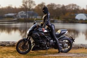 деревья, озеро, глядя в сторону, ducati diavel, черная одежда, ducati, кожаные куртки, леггинсы, маска, девушка, женщины с мотоциклами