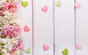 деревянный фон, гиацинты, цветы, сердечки