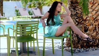 пальма, столик, девушка