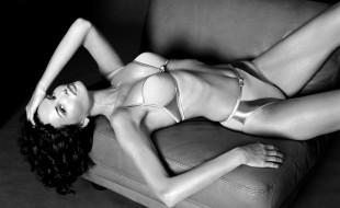 брюнетка, кресло, модель, черно-белая, взгляд, белье