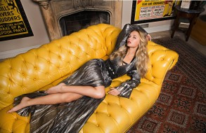 Madison Iseman, платье, ковер, камин, диван, блондинка