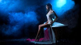 темный фон, вода, платье