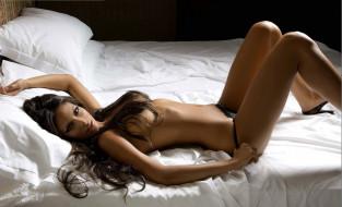camila morais, девушки, модель, девушка, camila, morais, красотка, брюнетка, стройная, жгучая, белый, лежит, макияж, взгляд, волосы, поза