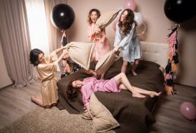 подушки, веселье, диван, подруги, девушки, шары