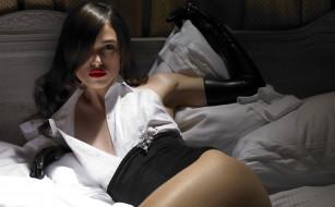 актриса, перчатки, постель