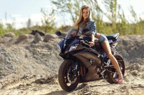 брюнетка и kawasaki ninja zx-10r, мотоциклы, мото с девушкой, kawasaki, ninja, zx10r, песок, модель, женщины, короткие, шорты, джинсовые, мотоцикл, ветрено, джинсовая, куртка, брюнетка, смотрит, на, зрителя, природе