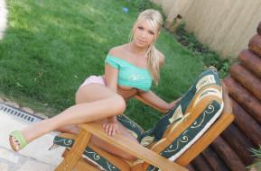 обои для рабочего стола 2499x1645 девушки, anette dawn, кресло, лужайка, топ, блондинка