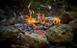 пепел, камни, костер