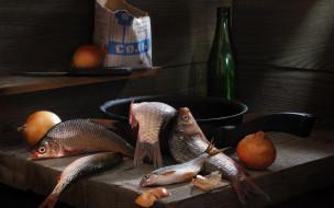 сковорода, нож, караси, рыбы, соль, пачка, бутылка, лук