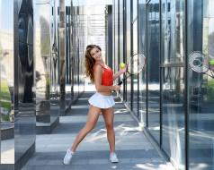 брюнетка, улыбка, отражение, теннисные ракетки, теннисный мяч, мини-юбка, кроссовки