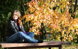 осень, деревья, скамейка, джинсы, куртка, шатенка