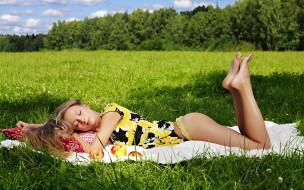 блондинка, платье, яблоки, поляна, трусики