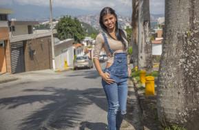 поза, брюнетка, взгляд, макияж, Denisse Gomez, улица, джинсы, комбинезон, красотка, девушка