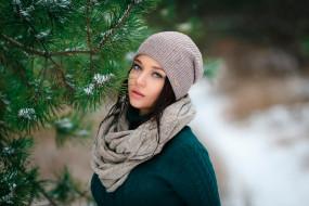 Ангелина Петрова, лицо, портрет, шапка, снег, ёлка, девушка, модель, брюнетка, красотка, красавица, взгляд, макияж, поза