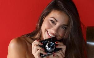 модель, красотка, поза, взгляд, Lorena Garcia, шатенка, девушка, фотоаппарат, портрет, макияж, улыбка, лицо