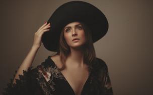 халат, шляпа, шатенка