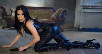 кожа, пистолет, оружие, девушка, костюм, Megan Rain, стройная, красотка, поза, брюнетка, модель