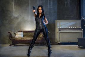 поза, красотка, стройная, брюнетка, модель, девушка, оружие, пистолет, костюм, кожа, Megan Rain