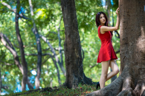 смотрит на зрителя, глубина резкости, окрашенные волосы, брюнетка, женщины на улице, мини юбка, красное платье, азиатки