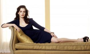 актриса, шатенка, платье, браслет, диван