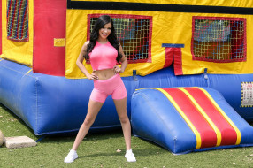 Savannah Sixx, розовый, детская, площадка, девушка, модель, брюнетка, красотка, поза, флирт, стройная, макияж, взгляд