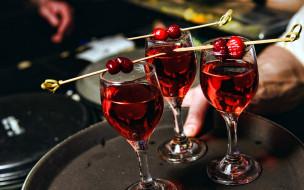вишни, вино, бокалы