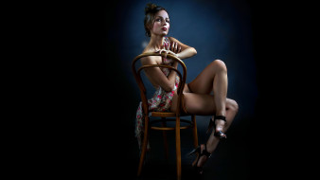 темный фон, женщина, стул, платье, ноги