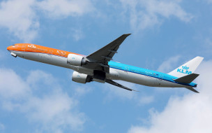 самолет в небе, пассажирский авиалайнер, авиаперевозки, klm orange livery, пассажирский самолет, boeing 777-300er, boeing 777, klm