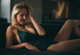 блондинка, белье, диван