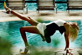 блондинка, платье, бассейн, каблуки