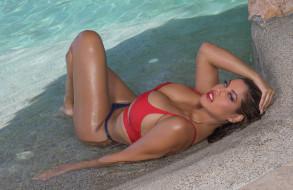 красный, Bridget Bee, вода, модель, девушка, поза, актриса, взгляд, купальник, бикини, шатенка, макияж, флирт, Luz Abreu, смуглая