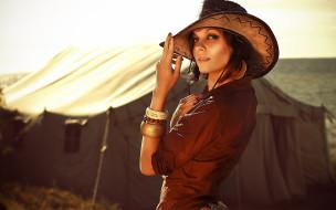 девушки, - рыжеволосые и разноцветные, девушка, модель, рыжеволосая, вестерн, ковбой, шляпа, стетсон, кожа, взгляд, макияж, флирт