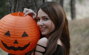 шатенка, лицо, улыбка, лес, дерево, шар, Хэллоуин