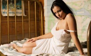 брюнетка, белье, кровать, плакат